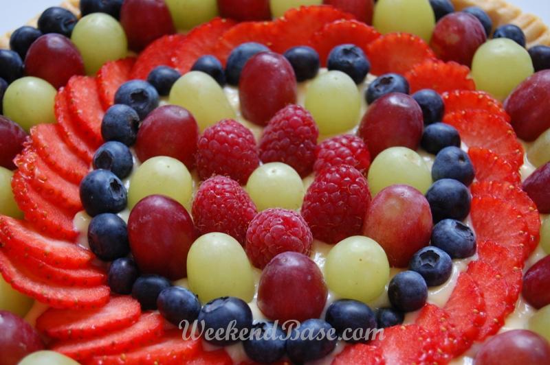 Ciasto z kremem i świeżymi owocami